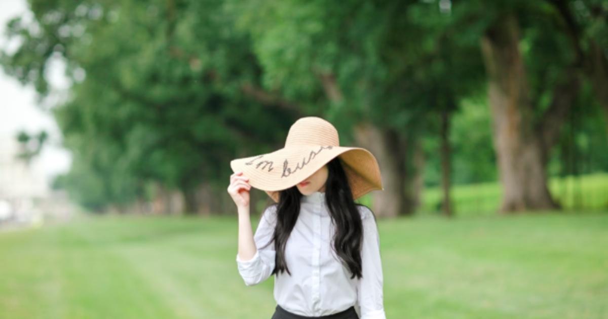 演繹悠閒!白襯衫與寬邊草帽的時尚新態度