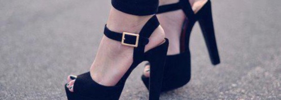 脫下高跟鞋的女人