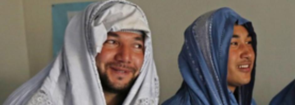 阿富汗慶祝婦女節:男穿罩袍女穿盔甲上街挺女權