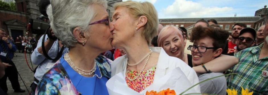 等了 15 年的吻!愛爾蘭同性婚姻公投通過動人攝影集