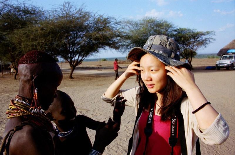 紮營衣索匹亞歐莫河畔隔日醒來,一個陽光燦爛的早晨,還睡眼惺忪,卡羅部落族人就打趣要在我臉上塗點圖騰。Photo Credit: 林龍吟