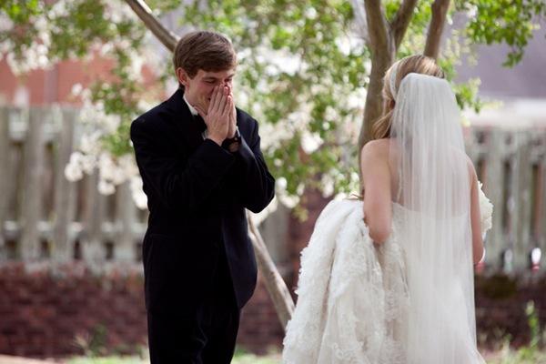 當新郎看到新娘穿著婚紗的一瞬間